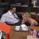 imagen Dora Venter le hace una mamada en la oficina de su jefe