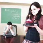 imagen Colegiala pelota se tira al profesor tras un pastel de regalo