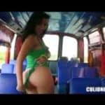 imagen Katherine Oliveros nos muestra su culito latino en el bus