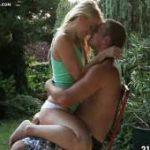 imagen sexo en el jardin de la casa