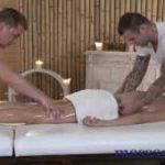 imagen masajes a dos manos con una joven