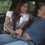 imagen le hace una paja mientras conduce y tienen xx
