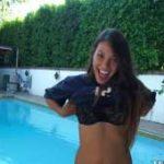 imagen Novia inquieta se desnuda en la piscina