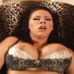 imagen Gianna Michaels masturbandose en el sofa
