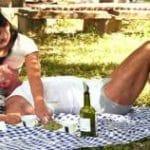 imagen abuelo en un picnic con su nieta joven timida