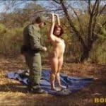 imagen policia se aprovecha de una joven en el campo
