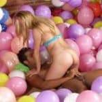 imagen Jugando entre globos a rubia infiel