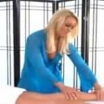 imagen estudiante realiza un masaje sensual
