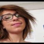 imagen jovencita con gafas esconde cam con su novio