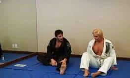 video relacionado la karateka uniformada folla al profesor