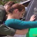 imagen policia uniformado detiene a una joven xxx