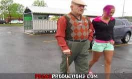 video relacionado anciano va de compras con su nieta y follan