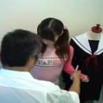 imagen ayuda a su hija en el vestuario