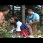 imagen sexo de una jovencita y dos hombres maduros