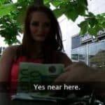 imagen pelirroja recibe dinero a cambio de sexo