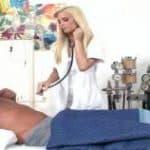 imagen La enfermera mas sexy se abusa del paciente