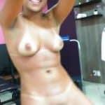 imagen Morenita mientras ejercita se desnuda